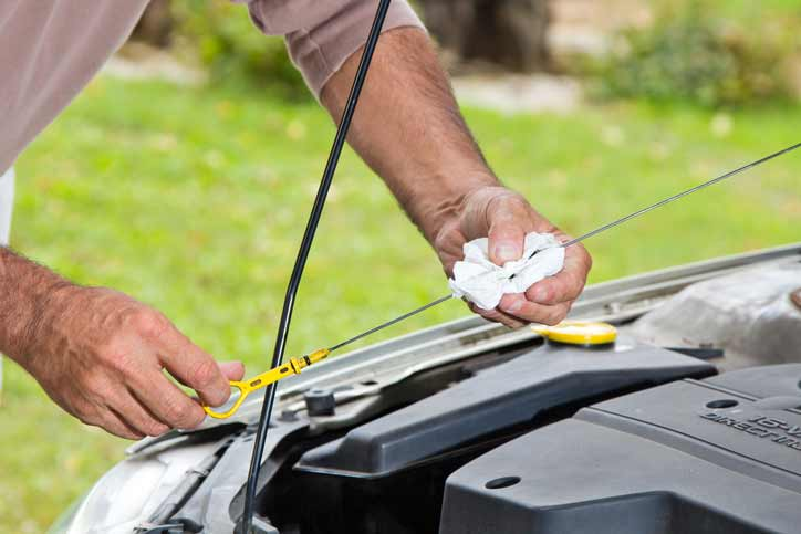 Ölstand, Reifenprofil - vor einer längeren Reise sollte alles am Auto gecheckt werden Foto © istock.com/PeterTG