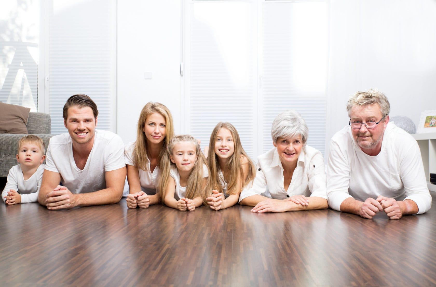 Große moderne Familie - mehrere Generationen