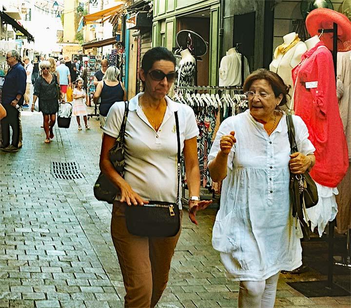 Was gibt's Neues zum Thema Rente, Rentner beim Shoppen