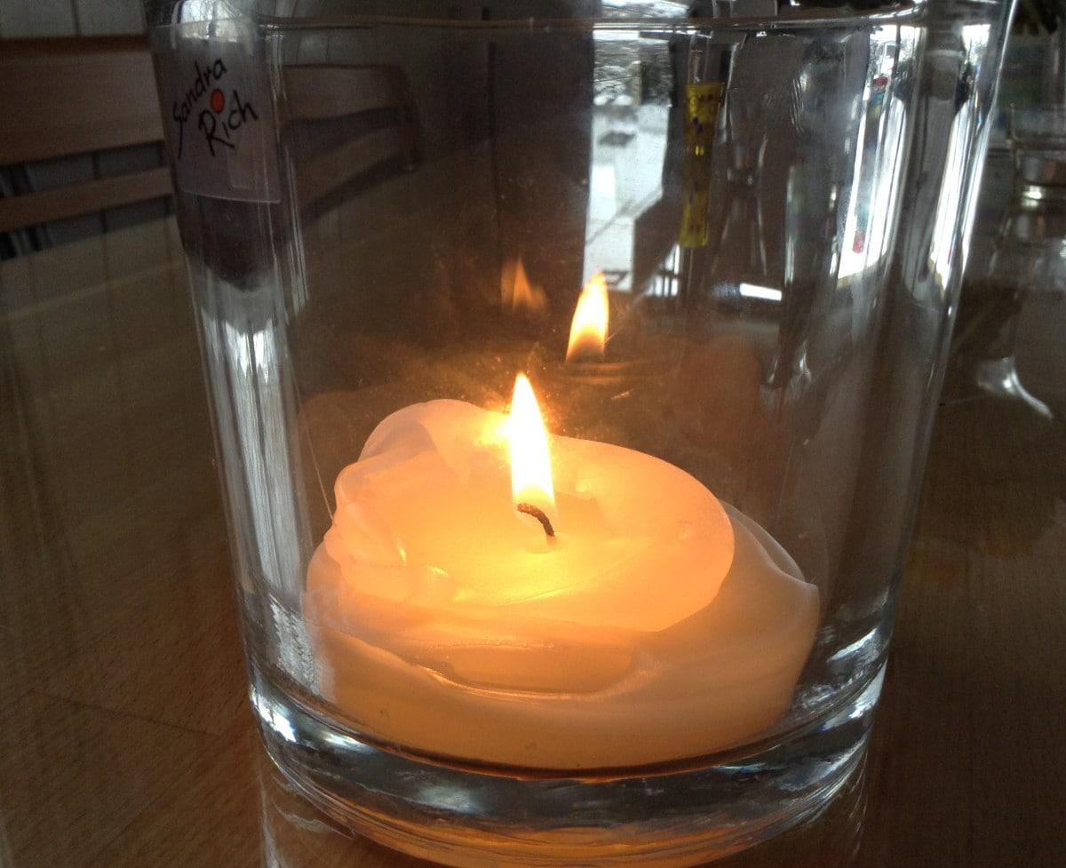 Kerze als Symbol für Minimalismus