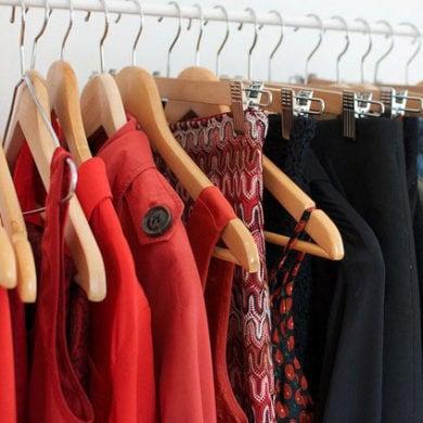 Es befreit, den Kleiderschrank auszumisten