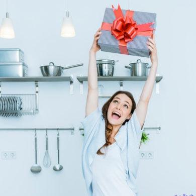 Küchenutensilien als Geschenk? Warum nicht. Dekorative verpackt, macht das einiges her Foto: istock.com/caracterdesign