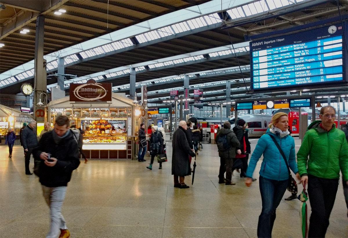 Rentenbeginn Ankunf und Abfahrt - der Bahnhof ist ein Dreh- und Angelpunkt und Symbol für Veränderung