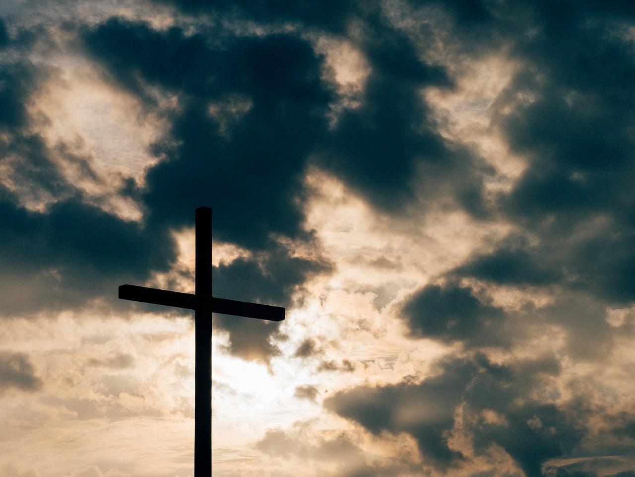 Schwarze Wolken über der katholischen Kirche