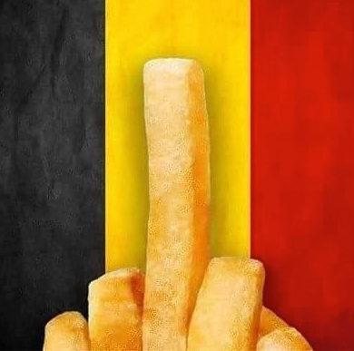 Stinkefinger vor belgischer Flagge