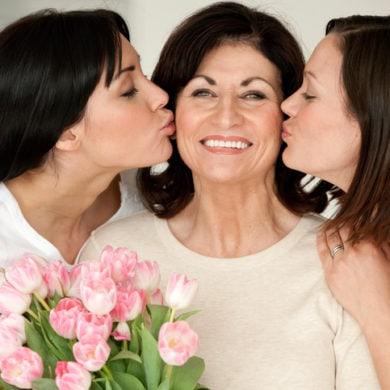 Frauen freuen sich über immer über Blumen