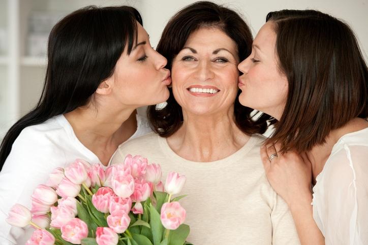 Frauen freuen sich über immer über Blumen Bild ©istock.com/SolStock