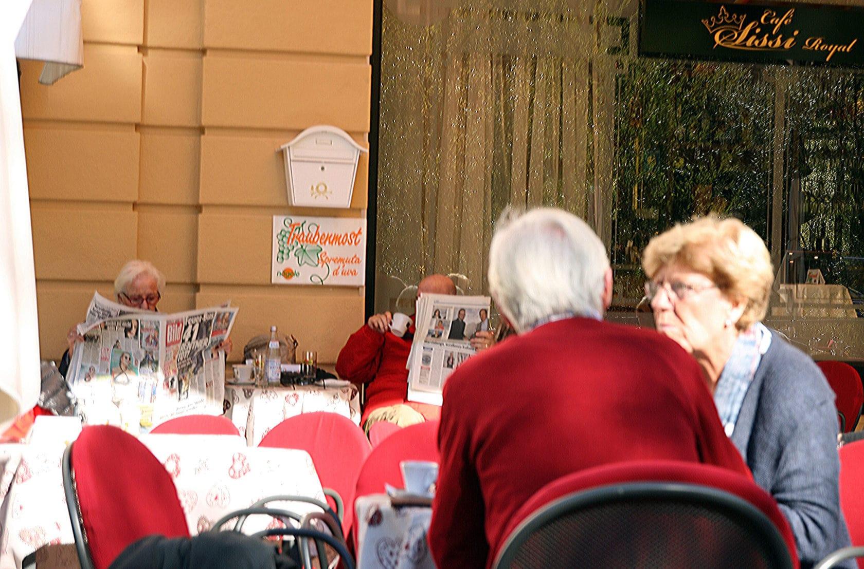 gelassene Zeitungslektüre im Café in Meran