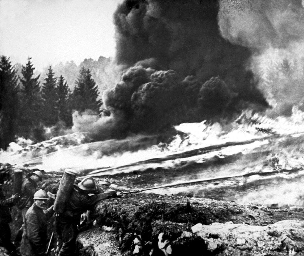 französische Soldaten benutzen Flammenwerfer an der Front
